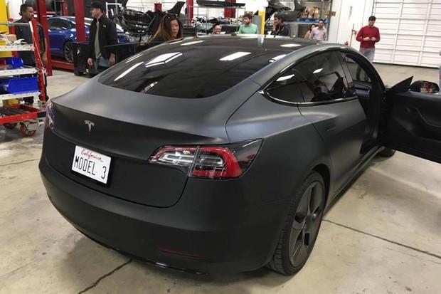 Flagra do Tesla Model 3 (Foto: Reprodução)
