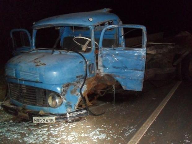 Caminhão sem o eixo dianteiro após impacto (Foto: João Trentini)