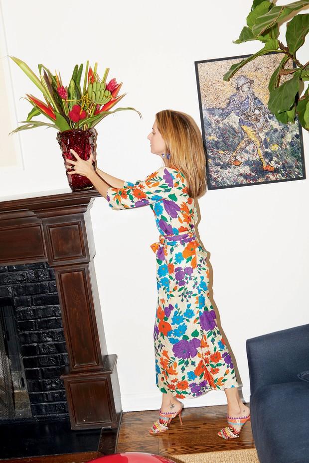 Em frente a quadro de Vik Muniz, Marina usa vestido Warm e sandálias Manolo Blahnik.  (Foto: Pedro Arieta)