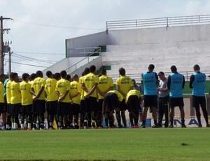 Roberto Fernandes conversa com jogadores do ABC, em Goianinha (Foto: Divulgação/ABC)