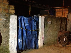 Casa onde ocorreu o crime em Viamão foi isolada para a realização da perícia (Foto: Luciane Kohlmann/RBS TV)