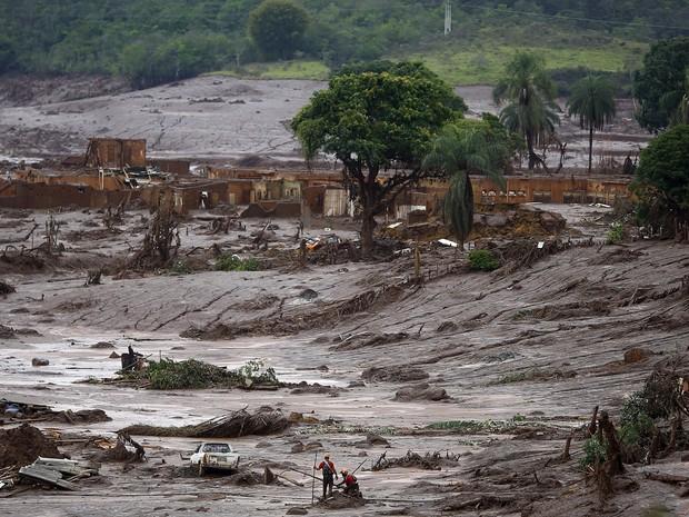 Equipe de resgate trabalha em área tomada pela lama após rompimento de barragens da mineradora Samarco  (Foto: Ricardo Moraes/Reuters)