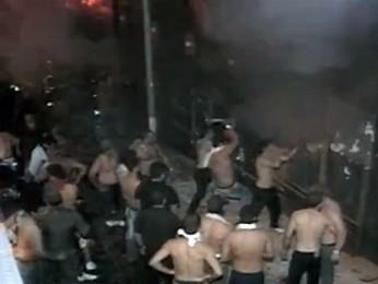 Jovens usam marretas e picaretas para abrir buraco na boate Kiss durante o incêndio (Foto: Reprodução/RBS TV)