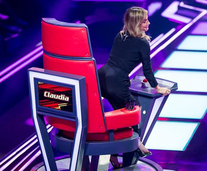 Claudia Leitte fica sensual na cadeira para virar para Cris Silva (Foto: Isabella Pinheiro / Gshow)