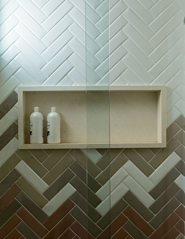 terraco jardim detalhe:apartamento-dt-estudio-azulejo-espinha-de-peixe-boxe-nicho (Foto: Edu