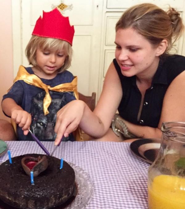 Carolinie Oliveira com o filho Theo (Foto: Reprodução / Instagram)