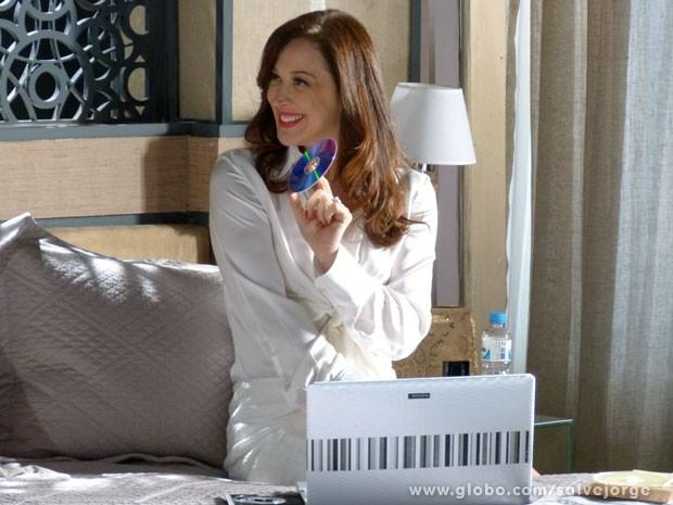 Lívia mostra para Wanda a perigosa sex tape (Foto: Salve Jorge/ TV Globo)