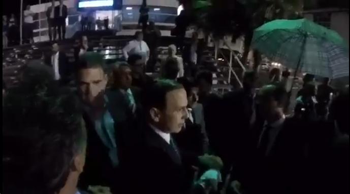 João Dória depois de ser atingido por ovo (Foto: Reprodução/Twitter)