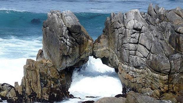 """Rochas se """"beijam"""" na costa da Califórnia (Foto: Reprodução)"""