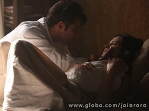 Franz chega no momento em que Pérola nasce e conhece sua filha (Foto: Joia Rara/ TV Globo)