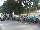 Candidatos a curso profissionalizante enfrentam fila enorme em Jacareí, SP