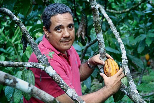 O ALQUIMISTA O produtor João Tavares em sua fazenda. Suas amêndoas foram premiadas no  Salão do Chocolate, em Paris (Foto: Thiago Pereira)