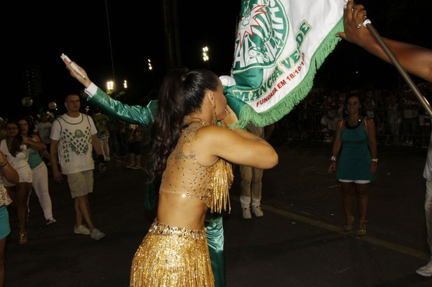 Viviane Araújo beija a bandeira da Mancha Verde (Foto: Celso Tavares/EGO)