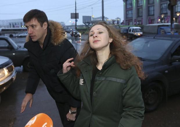 Maria Alyokhina fala à imprensa com seu advogado, Pyotr Zaikin, em uma estação de trem nesta segunda-feira (23) (Foto: Sergei Karpukhin/ Reuters)