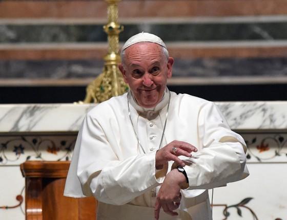Papa Francisco em visita aos Estados Unidos. Ele mostra o relógio para dizer que gostaria de ter mais tempo para cumprimentar cada fiel (Foto: Susan Walsh/AP)