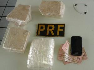 Drogas seguiam dentro da bagagem da jovem para João Pessoa (Foto: Anderson Poddis/PRF-PB)