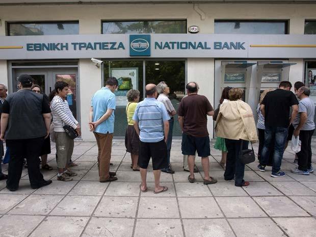 Caixa eletrônico de banco na cidade de Tessalônica tem fila neste sábado (27) (Foto: REUTERS/Alexandros Avramidis)