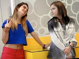 """Daquele jeito, Fatinha encara Lia no banheiro e dispara: """"O gato da moto é meu!"""" (Foto: TV Globo)"""