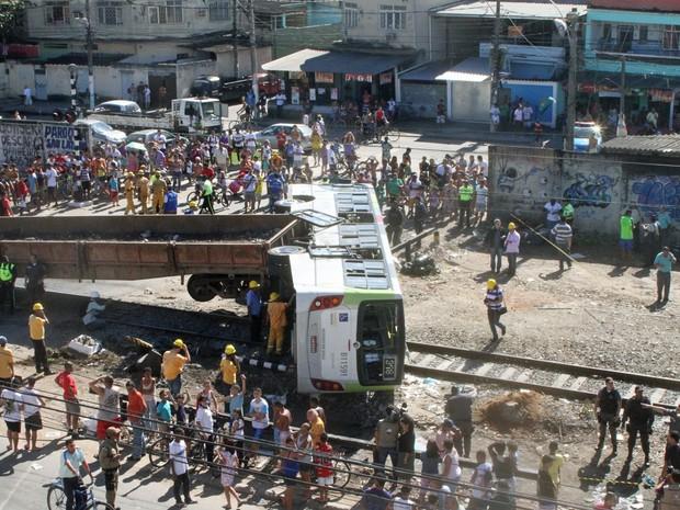 Choque entre trem e ônibus deixa feridos no Subúrbio do Rio. Segundo Supervia, acidente ocorreu em uma passagem de nível oficial.  (Foto: Jadson Marques/Estadão Conteúdo)