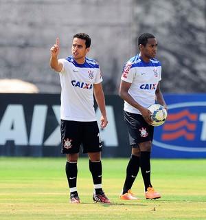 Jadson e Elias Treino do Corinthians (Foto: Marcos Ribolli)