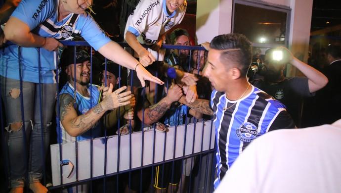 desembarque Lucas Barrios Grêmio aeroporto Porto Alegre (Foto: Eduardo Moura / GloboEsporte.com)