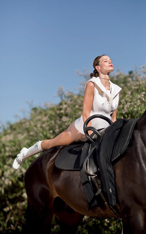 Na Sociedade Hípica Paulista, a modelo faz prancha baixa na garupa do cavalo, um dos exercícios do Horse & Fit (Foto: Gleeson Paulino)