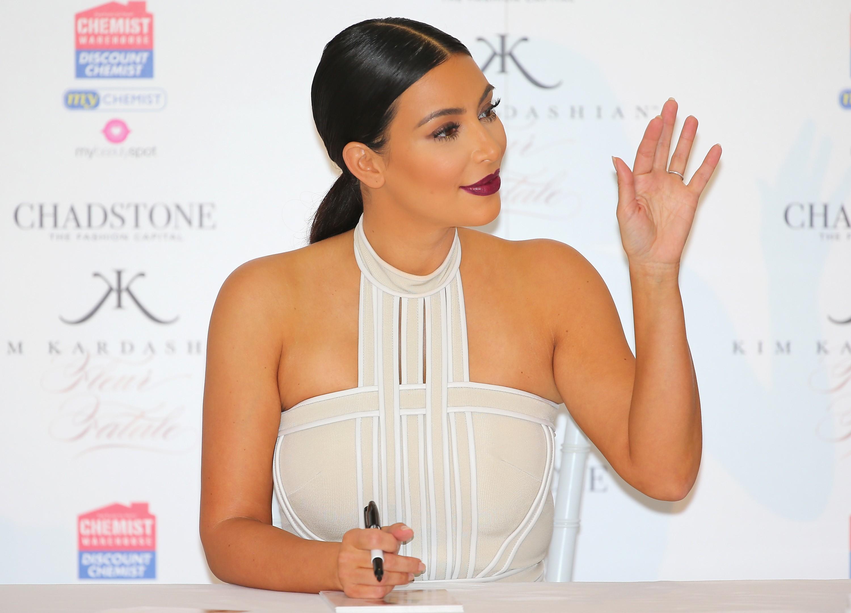 Em novembro de 2013 Kim Kardashian realizou um leilão online para angariar fundos para as vítimas de um tufão no sudeste asiático. A celebridade foi criticada por apenas 10% do valor recebido ter sido encaminhado à Ásia. (Foto: Getty Images)