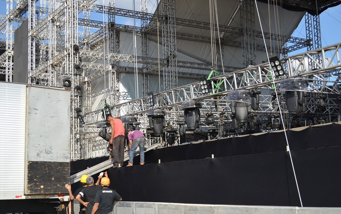 Operários trabalham na montagem da iluminação do palco do João Rock 2016 (Foto: Tainá Manna/Gshow)