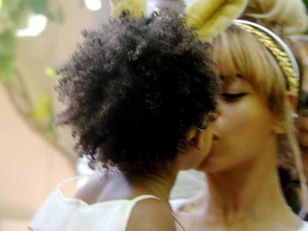 Beyonc e a filha, Blue Ivy, de dois anos (Foto: Site oficial Beyonc)