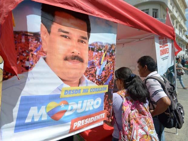 Propagando eleitoral de Nicolás Maduro é vista nesta sexta-feira (13) em Caracas (Foto: AFP PHOTO/JUAN BARRETO)
