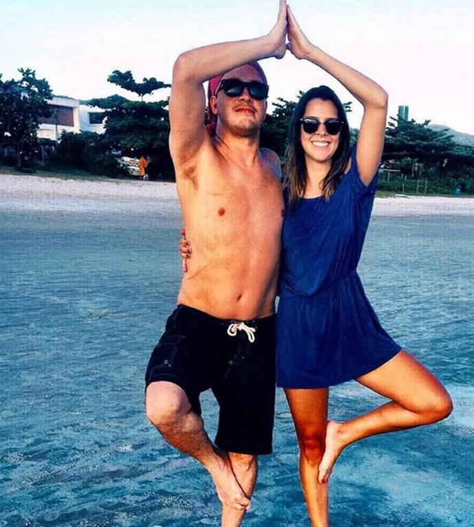Rafael Cortez e Adriana fazem graça em clique na praia (Foto: Arquivo pessoal)
