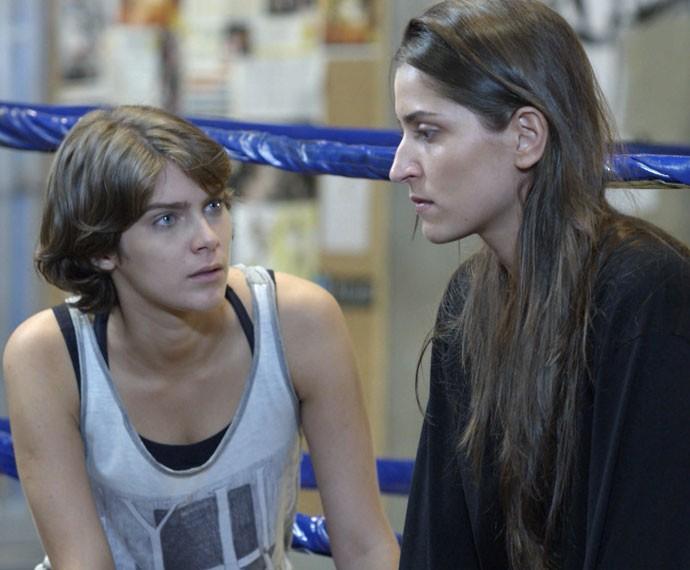 Karina se assusta quando Nat diz que não se lembra de quase nada (Foto: Globo)