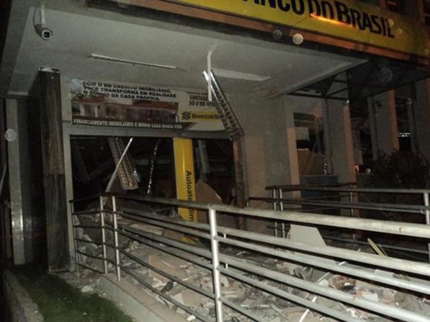 Cerca de 20 homens fortemente armados explodiram a agência do Banco do Brasil na cidade de Apodi (Foto: Marcos Gil)