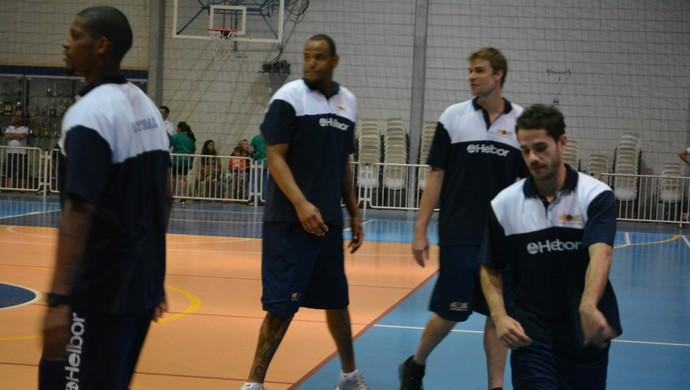 Bié e jogadores Mogi Basquete Colégio (Foto: Bruno Rocha)