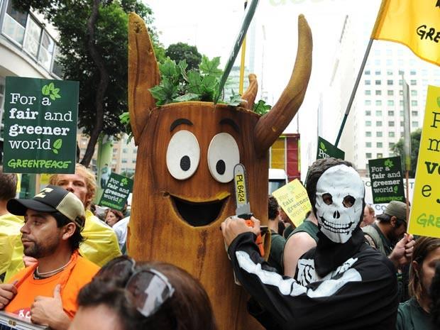 Árvore na Marcha Global da Rio+20 (Foto: Vanderlei Almeida/AFP)