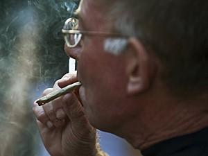 Homem fuma maconha durante marcha em São Paulo, em junho, a favor da legalização (Foto: Nelson Almeida/AFP)