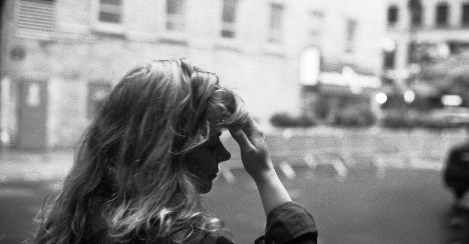 Mulher com dor de cabeça (Foto: Flickr/ Nano Anderson/ Creative Commons)
