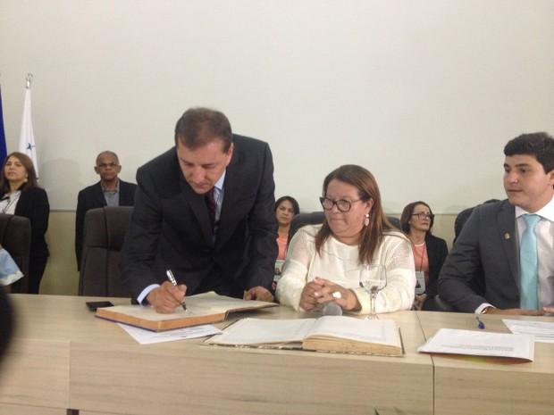 Prefeito de Porto Velho, Dr Hildon assina livro de posse  (Foto: Hosana Morais/G1)