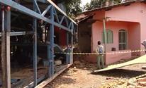 Caminhão cegonha desgovernado invade casa e destrói sala (Reprodução/TV Anhanguera)