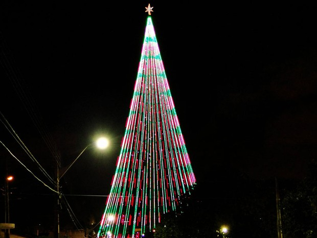 Árvore de Mirassol, em Natal, tem 500 mil lâmpadas de LED e foi acesa nesta quarta-feira (12) (Foto: Ricardo Araújo/G1)