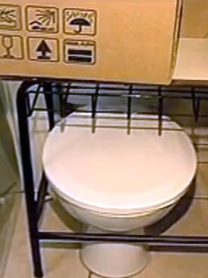 Sala foi adaptada, mas vasos sanitários ainda estão no local (Foto: Reprodução/RBS TV)