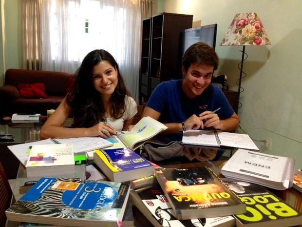 A estudante Paula Freire, nota mil no Enem, e seu namorado Davi (Foto: Kathia Mello/G1)