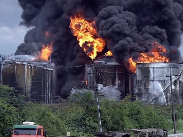 GNews - Bombeiros tentam impedir que fogo atinja novos tanques de combustível em Santos (Foto: Reprodução/GloboNews)