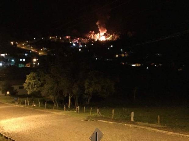 Fogo pode ser visto de longe (Foto: Michel Teixeira/Atual FM)