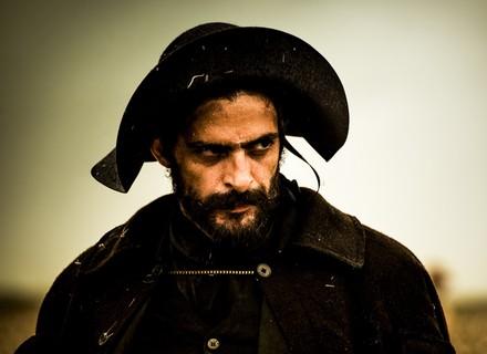 Primeiro capítulo: capataz de coronel aspira morte de Rosa, personagem de Rodrigo Lombardi