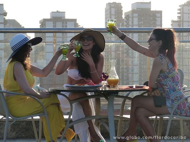 Amaralina, Cristal e Amparo brindam nova fase em suas vidas (Foto: Flor do Caribe / TV Globo)