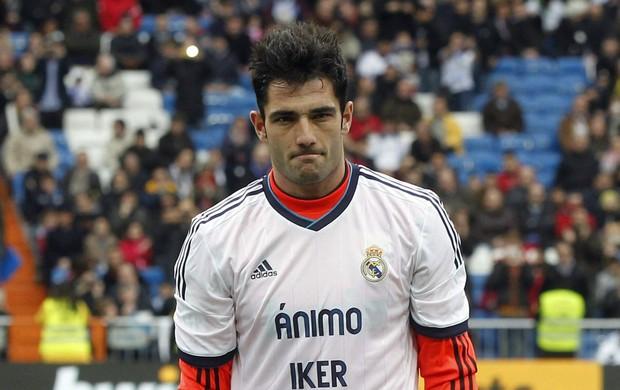 Antonio Adan usa camisa com apoio a Iker Casillas (Foto: Agência AP)
