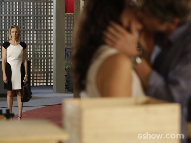 Silvia vê beijo de Cadu e Verônica (Foto: Fábio Rocha / TV Globo)