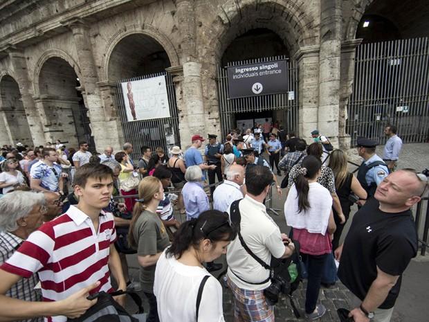 Turistas fazem fila em frente ao Coliseu, em Roma, que ficou quase quatro horas fechado para uma reunião sindical na sexta (18) (Foto: Massimo Percossi/ANSA via AP)
