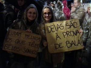 Manifestantes carregam cartazes no protesto de Porto Alegre (Foto: João Vitor Santos)